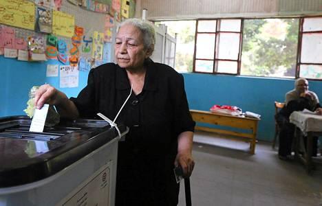 Nainen äänesti Egyptin presidentinvaalien toisena päivänä Kairossa 27. toukokuuta.