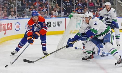Jesse Puljujärvi pelasi NHL:n harjoitusottelussa numerolla 39, mutta jatkossa hänen numeronsa on 98.