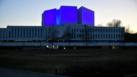 Helsingissä Finlandia-talon julkisivu on valaistu siniseksi kunnianosoituksena hoitohenkilökunnalle ja muille kriittistä työtä tekeville.