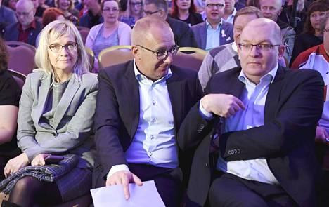 SAK:n järjestöväki oli perjantaina koolla Helsingissä. Kuvassa vasemmalta JHL:n puheenjohtaja Päivi Niemi-Laine, SAK:n puheenjohtaja Jarkko Eloranta ja Teollisuusliiton puheenjohtaja Riku Aalto.