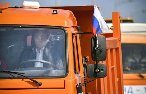 Venäjän presidentti Vladimir Putin ajoi rekkaa Krimin siltaa pitkin tiistaina.