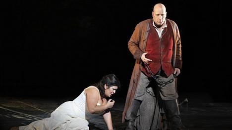Veronika Džiojeva ja Mika Pohjonen laulavat Leonoran ja Manricon roolit Trubaduurissa.