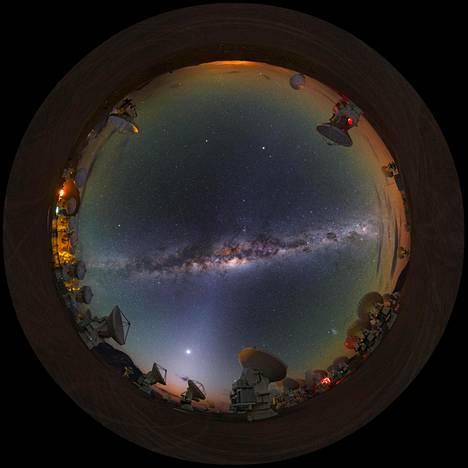 Linnunrata Atacaman autiomaahan sijoitetuilta teleskoopeilta katsottuna.