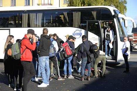 Pakolaisia Bodenin pakolaiskeskuksen luona Ruotsissa syyskuussa 2017.