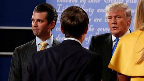 Donald Trump (oikealla) tapasi Donald Trump Jr:n ja Jared Kushnerin (selin keskellä) lavalla televisioidun vaaliväittelyn jälkeen 26. syyskuuta 2016.