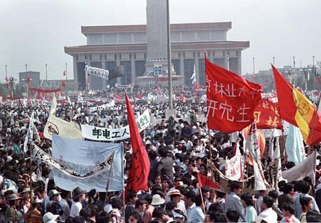 Sadattuhannet kiinalaiset osoittivat mieltään Pekingissä toukokuussa 1989. Mielenosoitukset murskattiin kesäkuun alussa.