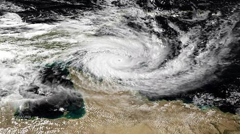 Queenslandin rannikon yltä otetussa satelliittikuvassa näkyi torstaina trooppinen pyörremyrsky.