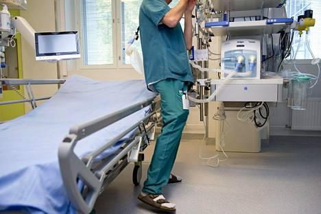 Sairaanhoitaja järjesteli hoitopistettä Meilahden tornisairaalan tehohoito-osastolla.