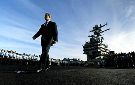 Presidentti George W. Bush USS Abraham Lincoln -lentotukialuksella San Diegossa toukokuussa 2003.