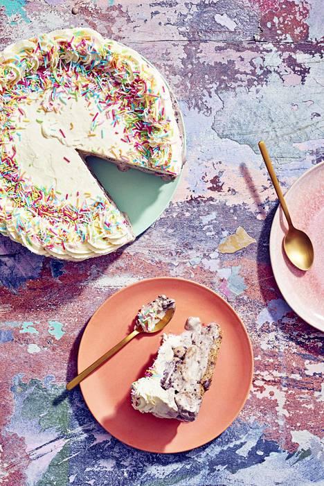 Kermalla koristellun jäätelökakun voi tehdä valmiiksi ja pakastaa odottamaan tarjoilua.