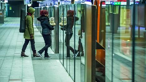 Vuosaaren metroasemalla kokeiltiin laituriovia vuonna 2014.