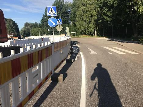 Kulosaaren puistotiellä oleva pyöräkaista on paikoitellen huomattavan kapea. Kuva on otettu perjantaiaamuna 31. heinäkuulta. Kuva on lukijan ottama.