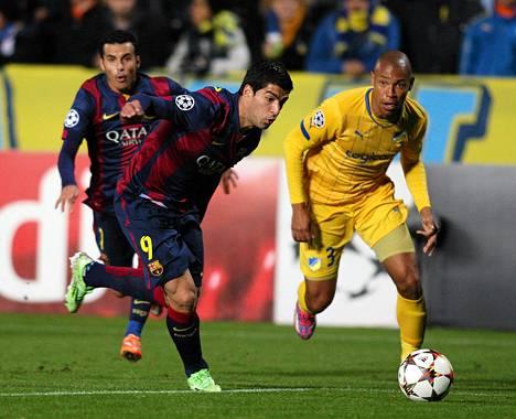 Luis Suárez karkasi Apoelin puolustajalta Joao Guilhermelta tiistain ottelussa.