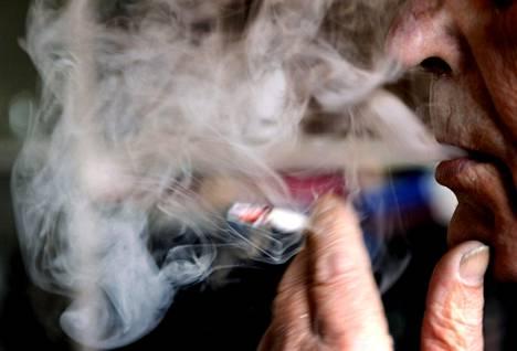 Tupakoimattomat ja vähän tai kohtuullisesti juovat ovat töissä useammin kuin tupakoivat ja paljon alkoholia käyttävät.