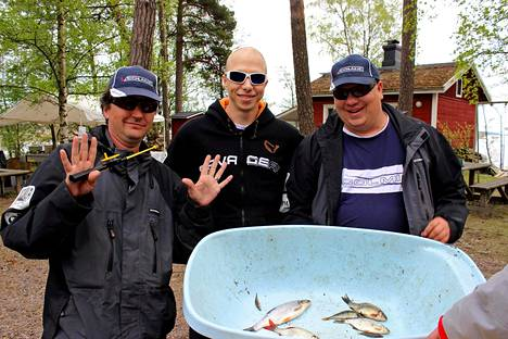 Kalamaratonin kolmossijalle sijoittunut Species Fishing Team sai ensimmäisenä kokoon kymmenen eri kalalajia. Aikaa meni runsas tunti. Joukkueeseen kuuluivat Timi Laitinen, Markus Ratinen, Mikko Joensivu ja Juha Salonen (ei kuvassa).