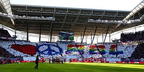Tämä esitys jäi japanilaisilta faneilta näkemättä, kun heidät ohjattiin ulos Leipzigin stadionilta.