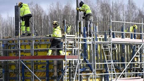 Rakennustyömaa Pukinmäen aseman vieressä kuvattiin huhtikuussa.