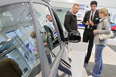 Myyjä Spartak Akopjan (kesk.) kauppasi autoa Kirill Perevoztšikoville ja Svetlana Lazunenkolle pietarilaisessa liikkeessä keskiviikkona.