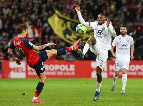 Olympique Lyonnaisin Karl Toko Ekambi ja Lillen Domagoj Bradaric pallon kimpussa maaliskuun alussa, kun Ligue 1 vielä pyöri.
