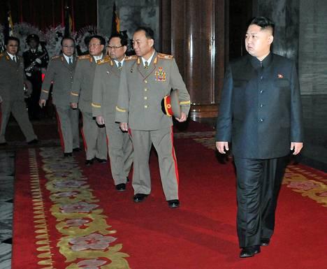 Kim Jong Un (oik.) saa lisää valtaa ja arvonimiä.