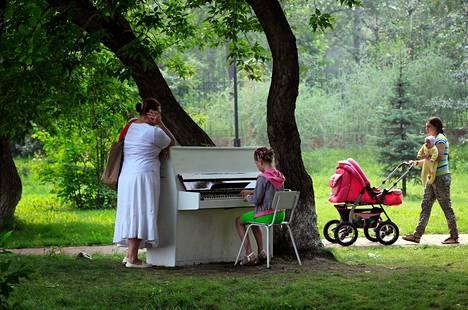 """Kulttuurinystävien ryhmä osti vanhan venäläisvalmisteisen pianon ja asetti sen puistoon kenen tahansa soitettavaksi Krasnojarskissa Siperiassa. Ryhmä aloitti projektinsa """"Ilmaista viihdettä kaupungissa"""" tällä tempauksella."""