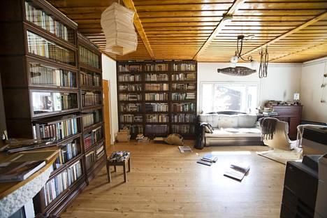 Savikon olohuone on ollut kalakirjallisuuden pelastusoperaation keskus. Pian kirjat pääsevät niitä varten rakennettuun kirjastoon Muonioon.