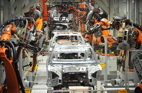 Robotit ovat hitsanneet ja koonneet autoja yli 30 vuotta. Tässä syntyy Audeja Ingolstadtissa Saksassa.