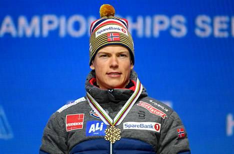 Johannes Høsflot Klæbo voitti Seefeldin MM-laduilla sprintin, sprinttiviestin ja normaalin viestin kultaa.