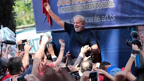 Kannattajat kantoivat Lulaa 7. huhtikuuta, jolloin hän antautui viranomaisille ja aloitti vankilatuomionsa.