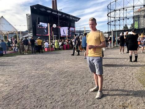 Otto Korhonen, 26, oli saapunut Flow-festivaalille Helsingistä pukeutuneena keltaiseen t-paitaan ja harmaisiin shortseihin.
