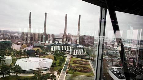 Volkswagenilla on Wolfsburgissa autotehtaan vieressä asiakkaille laaja Autostadt-teemapuisto, jossa voi tutustua niin autoteollisuuden historiaan kuin tulevaisuuteen. Teemapuiston omista maamerkeistä, kahdesta pyöreästä autotornista, näkee tehtaan maamerkit, neljä piippua.
