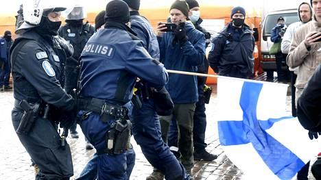 Poliisi otti 20 henkilöä kiinni lauantaisen mielenosoituksen yhteydessä. Kuva on Kauppatorilta.