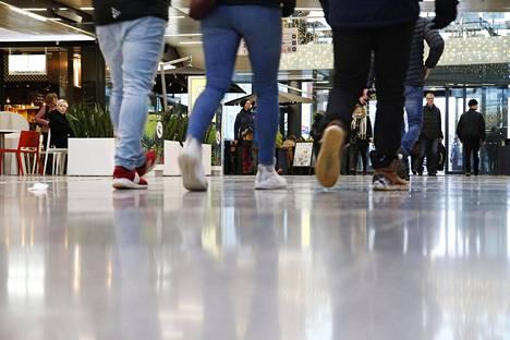 Alaikäisiin tyttöihin kohdistuneet seksuaalirikokset ovat järkyttäneet Oulussa. Ihmisiä kauppakeskus Valkeassa Oulussa tammikuun puolivälissä.