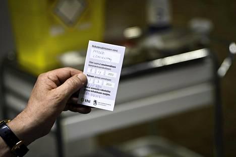 Koronavirusrokotteen saaneelle henkilölle annettava kortti kertoo muun muassa rokotteen valmistajan, ensimmäisen rokotuksen päivämäärän ja tulevan toisen rokotuksen ajankohdan.