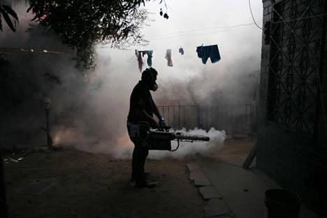 Teveysviranomainen savutti hyttysiä Altos del Cerron asuinalueella Soyapangossa El Salvadorissa viime torstaina.