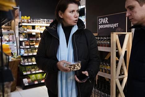 Moskovalaiset Olga Karaja ja Sergei Grigorjev valitsemassa pähkinöitä Euro Spar -kaupassa.