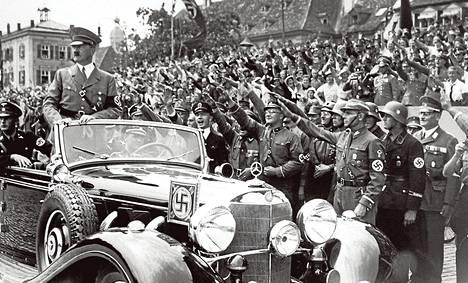 Adolf Hitler tarkasti SA- ja SS-joukkoja yleisön osallistuessa tervehdykseen Saksassa vuonna 1937.