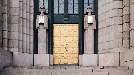 Norjalaistaiteilijan tekemät pienet kivimiehet reunustavat presidentin sisäänkäyntiä.