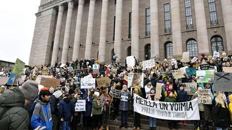 Nuoret ilmastomielenosoittajat kerääntyivät eduskuntatalon eteen perjantaina Helsingissä.