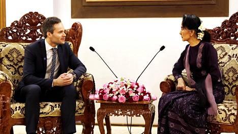 Ulkomaankauppa- ja kehitysministeri Kai Mykkänen ja Myanmarin valtiokansleri, ihmisoikeustaistelija Aung San Suu Kyi tapasivat torstaina Naypyitawissa.
