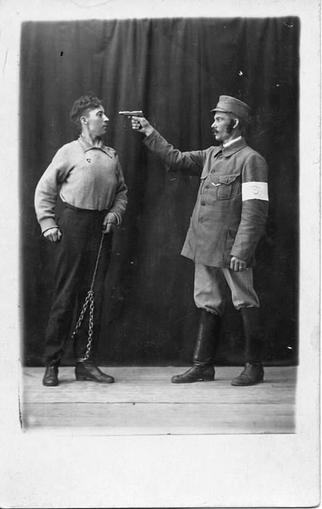 Tampereen Jalkinetehtaan työntekijät pidätettiin keväällä 1923, kun he esittivät Verneri Jokiruohon Voitetut sankarit -näytelmää. Tuon jälkeen näytelmä kiellettiin koko maassa. Tämä kuva on Jalkinetehtaalla esitetystä Jokiruohon Veljesvihaa-näytelmästä. Sitä ei koskaan kielletty. Rooliasuissa Ali Lindholm ja J. Wuorinen. Kirjan kuvitusta.