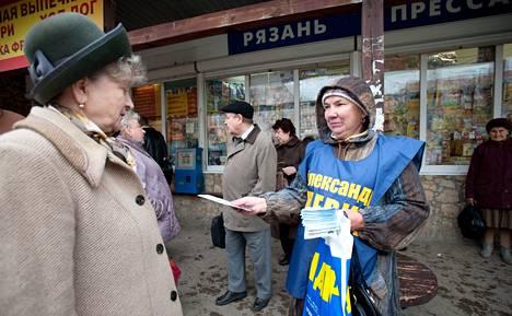 Nadežda Vjatseslavovna (oik.) jakaa liberaalidemokraattien kuvernööriehdokkaan esitteitä Rjazanin Gagarininkadulla.