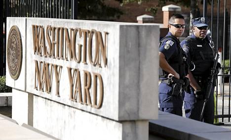 Poliisit partioivat laivaston hallinnollisen keskuksen pääportin luona Washingtonissa tiistaina.