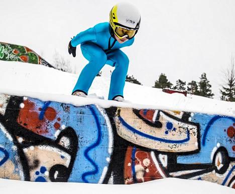 Virolainen, Helsingin Mäkihyppääjiä edustava Kaimar Vagul hyppää Lahdessa Ari Saukon huippuryhmässä. Hän tutustui Roihuvuoren vanhan hyppyrimäen betonihyppyriin.