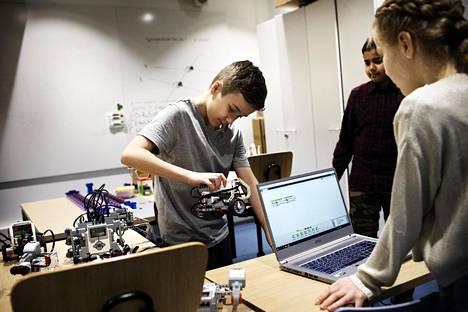 Muistaako joku, miten se täydellinen käännös ohjelmoitiin, kysyy Keiko Aarnio robotti kädessään. Ehan Wadud ja Adeliine Suits alkavat miettiä. Kolmikon mielestä koulutunneillakin on käynyt selväksi millaista ohjelmointi on, mutta kerhossa siinä oppii itse hyväksi.