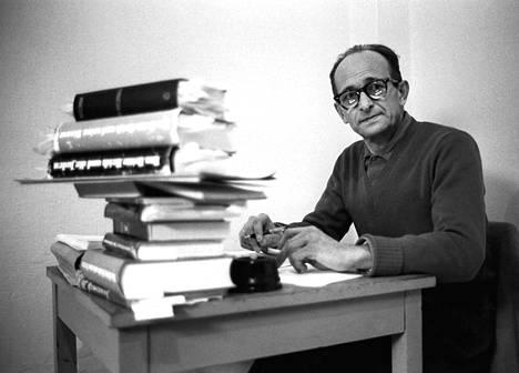 Adolf Eichmann päiväämättömässä kuvassa sellissään lähellä Haifaa ennen oikeudenkäyntinsä alkua 1960 tai 1961.