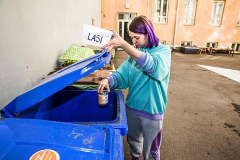 Helsinkiläinen Olga Aula lajittelee jätteensä tarkasti. Kierrätystä helpottaa kattava keräysastiavalikoima kotipihalla.