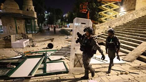 Israelin sotilaat partioivat Jerusalemissa al-Aqsan moskeijassa viikonvaihteen yhteenottojen jälkeen.