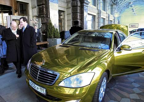 Ranskan valtiovarainministeri Pierre Moscovici (vas.) ja Britannian valtiovarainministeri George Osborne kävelivät hääauton ohi Moskovassa, jossa järjestettiin G20-ryhmän kokous lauantaina.