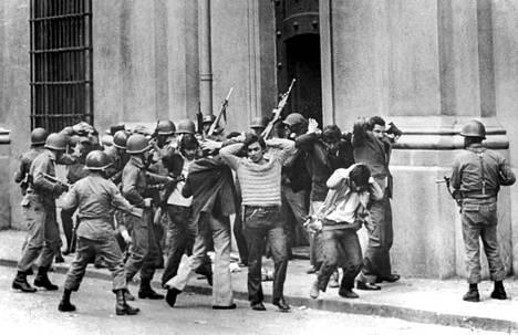 Vallankaappausten kultakautta olivat 1960- ja 1970-luku. Chilessä vuonna 1973 kenraali Augusto Pinochet kaappasi vallan sosialistipresidentti Salvador Allendelta. Kuvassa sotilaat saattavat antautujia pois presidentinpalatsista.